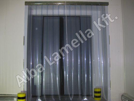 Az ipari szalagfüggöny átlátszó védelmet nyújt az ajtó helyett!